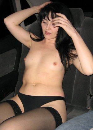 Брюнетка позирует в разных образах, но в каждом из них она обладает особой сексуальностью - фото 41