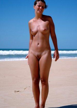 Сексуальные девушки с небольшими сиськами эротично позирует голыми - фото 13
