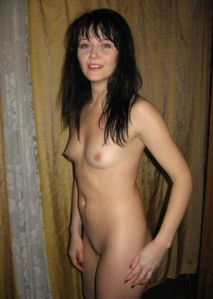 Брюнетка позирует в разных образах, но в каждом из них она обладает особой сексуальностью - фото 29