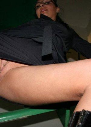 В подъезде темноволосая чертовка показала свою сладенькую киску - фото 5
