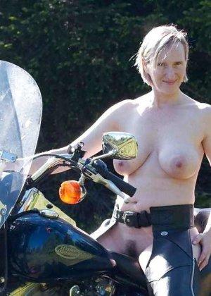 Множество фотографий, на которых девушки показывают обнаженные тела на фоне мотоциклов - фото 26