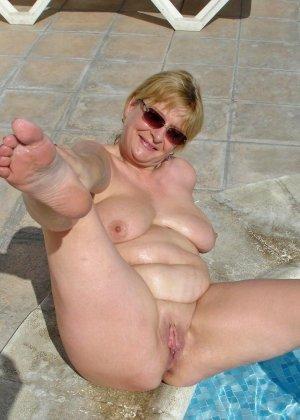 Джулия - женщина далеко не первой свежести, но все же показывает свое тело в бассейне - фото 6