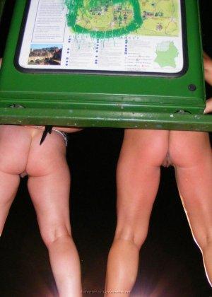 Две представительницы прекрасного пола показали свои дырочки - фото 39