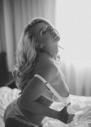 Нежная и чувственная эротика от блондинки с шикарными сиськами - фото 12