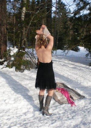 Рисковая девушка Яна показывает свою смелость – она может раздеться прямо на улице при минусовой температуре - фото 9