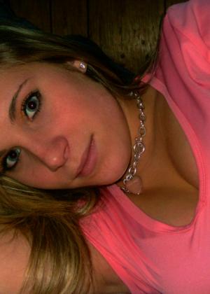 Блондинка с сексуальной грудью позирует перед камерой – ей есть что показать и она может возбудить каждого - фото 17