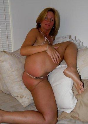 Зрелая женщина с большими буферами показывает свою фигурку в разных ракурсах и образах - фото 12