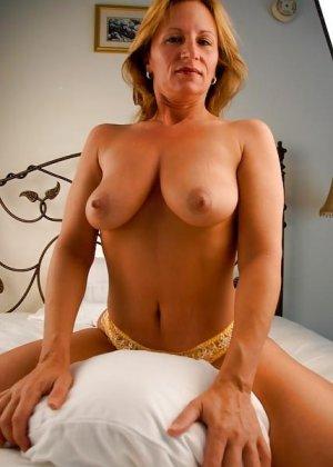 Зрелая женщина с большими буферами показывает свою фигурку в разных ракурсах и образах - фото 17