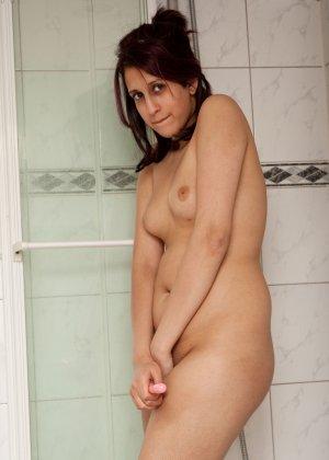 Зарина специально заперлась в ванной, чтобы поиграться там со своей киской с помощью вибратора - фото 33