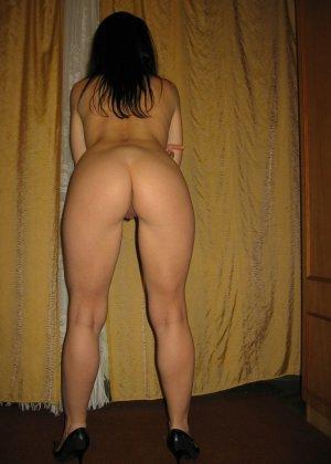 Брюнетка позирует в разных образах, но в каждом из них она обладает особой сексуальностью - фото 31