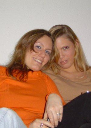 Две подружки показывают, как им нравится расслабляться в компании друг друга, но и по отдельности они не скромничают - фото 11