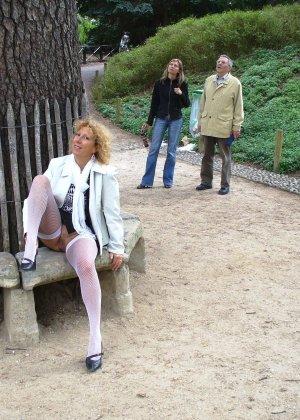 Зрелая женщина гуляет по городу и показывает себя в самых разных ракурсах – ей нравится обращать на себя внимание - фото 9