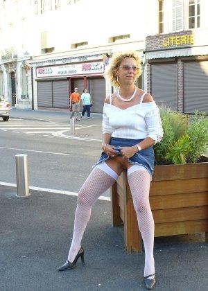 Зрелая женщина гуляет по городу и показывает себя в самых разных ракурсах – ей нравится обращать на себя внимание - фото 3