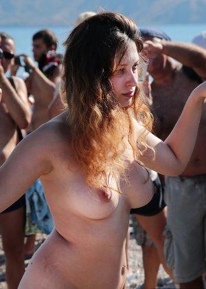 На нудистком пляже много голых девушек, которые с удовольствием показывают себя окружающим - фото 16