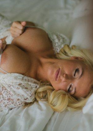 Нежная и чувственная эротика от блондинки с шикарными сиськами - фото 8