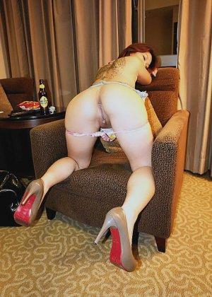 Азиатская красавица демонстрирует сиськи и дырочку между ножками - фото 26