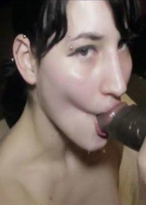Белокожая девушка отсасывает негру – ему нравится пихать свой огромный член в ее нежный ротик - фото 2