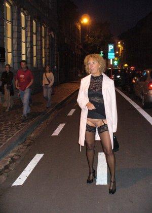 Зрелая женщина гуляет по городу и показывает себя в самых разных ракурсах – ей нравится обращать на себя внимание - фото 41