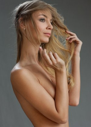 В студийной фотосессии шикарная блондинка раскрывается по полной – ей есть, что показать - фото 21