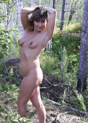 Зрелая женщина готова показать свои прелести всем подряд – она демонстрирует себя прямо на природе - фото 24