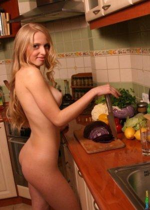В этой галерее можно насладиться красотой девушек в домашней обстановке, которые раздеваются прямо на кухне - фото 17