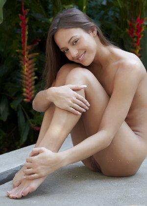 Обнаженная эротика от молоденькой девушки с красивым телом - фото 50