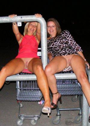 Две представительницы прекрасного пола показали свои дырочки - фото 47