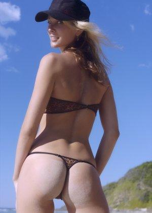 Ванесса показывает, как она любит примерять купальники, которые еле прикрывают ее тело - фото 3