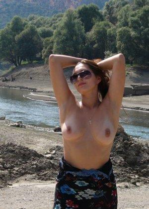 Девушка показывает свое тело на отдыхе, она постепенно раздевается и дает себя разглядеть - фото 6