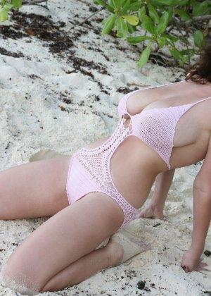 Брюнетка с натуральной грудью показывает себя на пляже – она действительно выглядит обалденно - фото 3