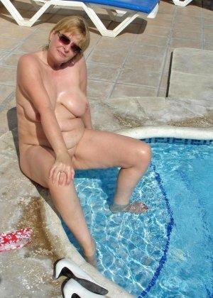 Джулия - женщина далеко не первой свежести, но все же показывает свое тело в бассейне - фото 7