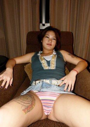 Азиатская красавица демонстрирует сиськи и дырочку между ножками - фото 2