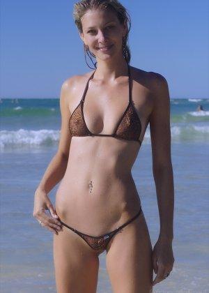 Ванесса показывает, как она любит примерять купальники, которые еле прикрывают ее тело - фото 6