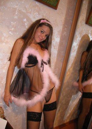 Горячая молодая девушка показывает свое тело в разных эротических нарядах – при этом она всегда сексуальна - фото 21