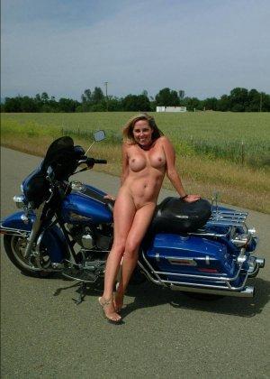 Множество фотографий, на которых девушки показывают обнаженные тела на фоне мотоциклов - фото 47