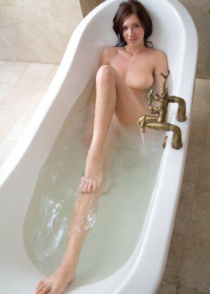 Эротика от сногсшибательной грудастой девушки в теплой ванной - фото 26