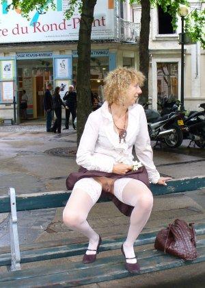 Зрелая женщина гуляет по городу и показывает себя в самых разных ракурсах – ей нравится обращать на себя внимание - фото 30