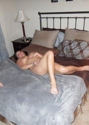Одну девушку ублажают сразу два мужчины, и она с удовольствием подставляет свои дырочки для траха - фото 27