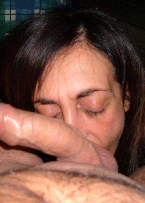 Довольные кошечки берут в ротик мошонку и с удовольствием вылизывают мужские яйца, доставляя кайф партнерам - фото 33