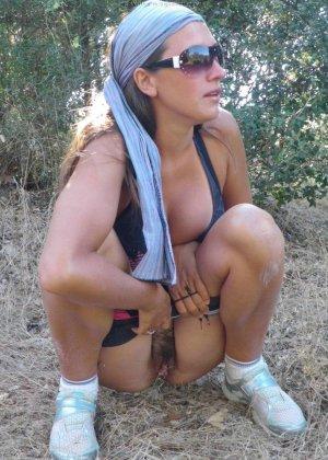 Женщина, несмотря на свое неидеальное тело, показывает себя перед камерой, засветив волосатой пиздой - фото 62