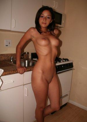 В этой галерее можно насладиться красотой девушек в домашней обстановке, которые раздеваются прямо на кухне - фото 11