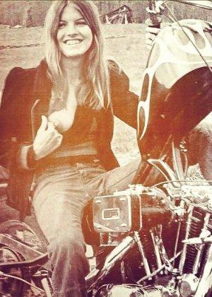 Множество фотографий, на которых девушки показывают обнаженные тела на фоне мотоциклов - фото 37