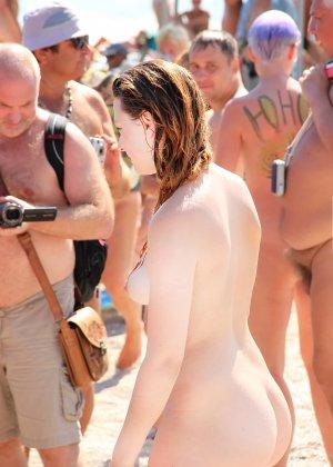 На нудистком пляже много голых девушек, которые с удовольствием показывают себя окружающим - фото 17