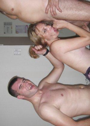Девушка решает попробовать групповой секс с разными мужчинами – ей явно нравится удовлетворять их всех - фото 51