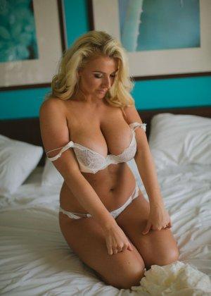 Нежная и чувственная эротика от блондинки с шикарными сиськами - фото 14