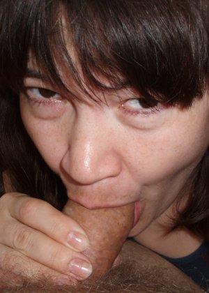Русская женщина готова обслуживать своего мужчину и не стесняется мочиться перед камерой - фото 21