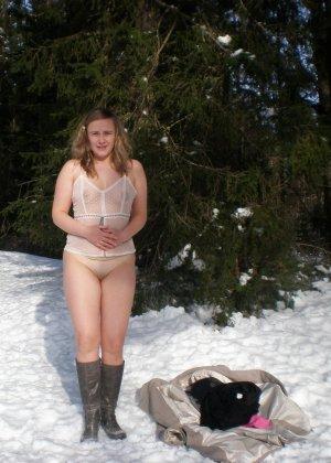 Рисковая девушка Яна показывает свою смелость – она может раздеться прямо на улице при минусовой температуре - фото 2