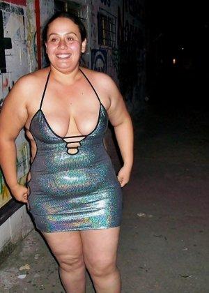 Полная женщина прямо на улице хвастается своей фигурой, абсолютно забывая о всяком стеснении - фото 27