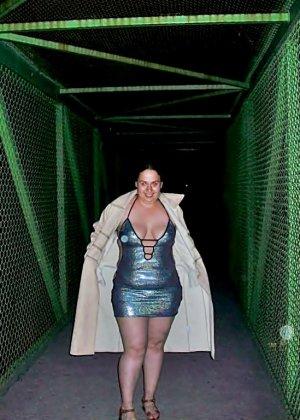 Полная женщина прямо на улице хвастается своей фигурой, абсолютно забывая о всяком стеснении - фото 22