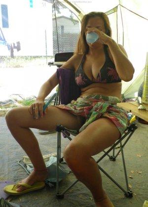 Женщина, несмотря на свое неидеальное тело, показывает себя перед камерой, засветив волосатой пиздой - фото 23